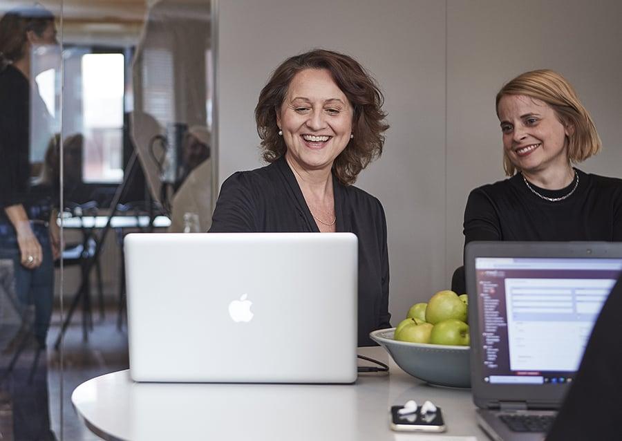 Experter på vårdbemanning - två av våra kunniga medarbetare